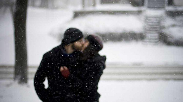 snow-kiss-lovers-2