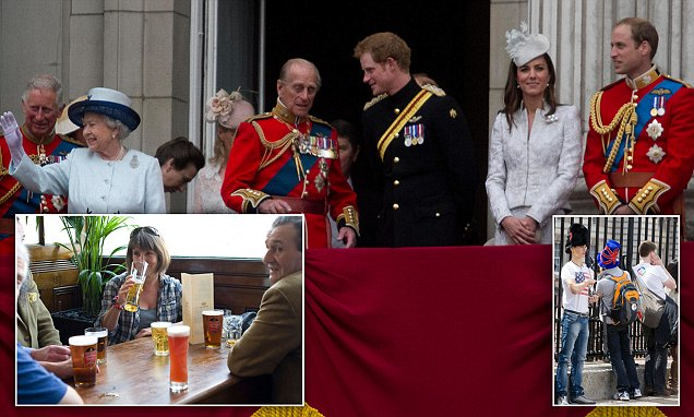E235G4 London UK. 14th June 2014. Members of the Royal family walk out of the balcony to watch the flypast honouring the Queen's birthday   amer ghazzal/Alamy Live News